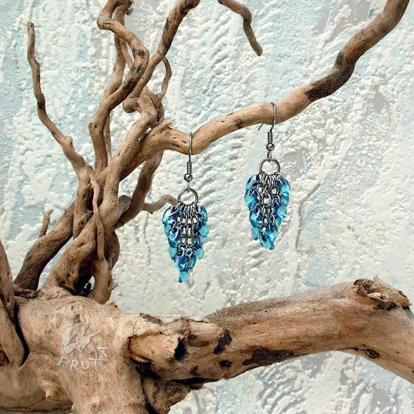 Kolczyki chainmaille w formie gronek z drobnymi koralikami w kolorze niebieskim