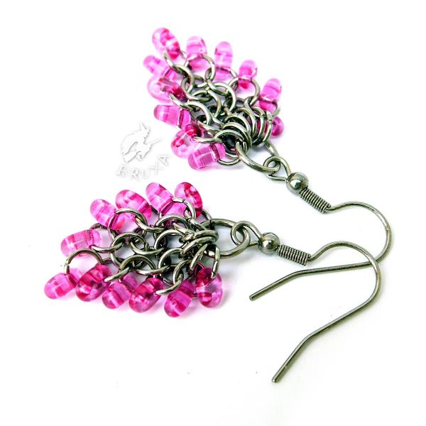 Kolczyki chainmaille w formie gronek z drobnymi koralikami w kolorze różowym