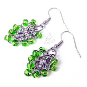 Kolczyki chainmaille w formie gronek z drobnymi koralikami w kolorze jasno-zielonym