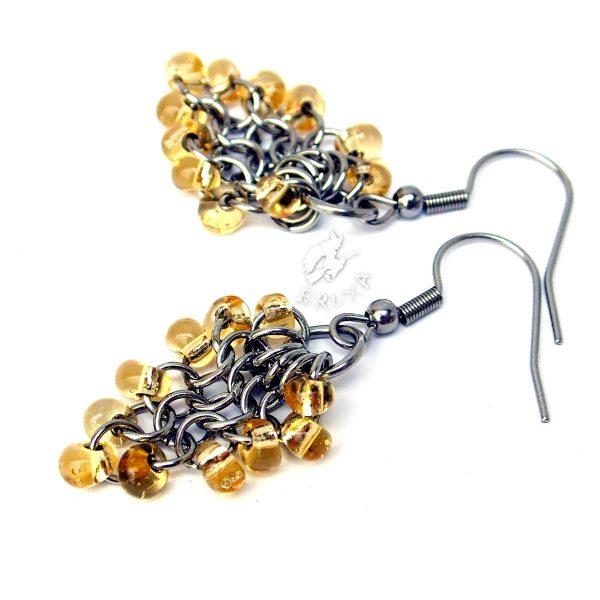 Kolczyki chainmaille w formie gronek z drobnymi koralikami w kolorze żółtym