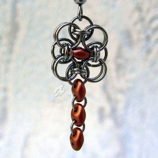 Kolczyki chainmaille w formie kwadratów z drobnymi perłowymi koralikami w kolorze miedzianym