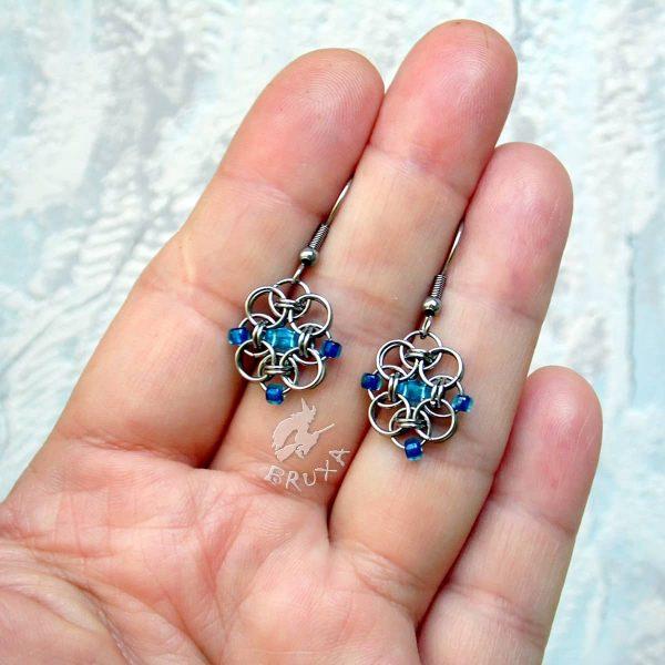 Kolczyki chainmaille w formie kwadratów z drobnymi koralikami w kolorze niebieskim