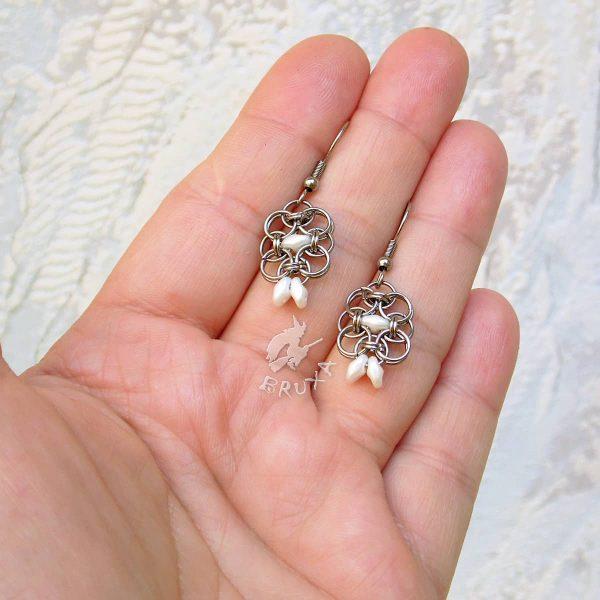Kolczyki chainmaille w formie kwadratów z drobnymi perłowymi koralikami w kolorze białym