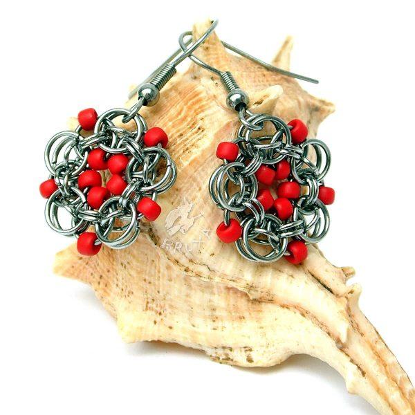 Kolczyki chainmaille w formie kwiatków z drobnymi koralikami w kolorze czerwonym