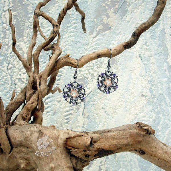 Kolczyki chainmaille w formie kwiatków z drobnymi koralikami w kolorze fioletowo-różowym