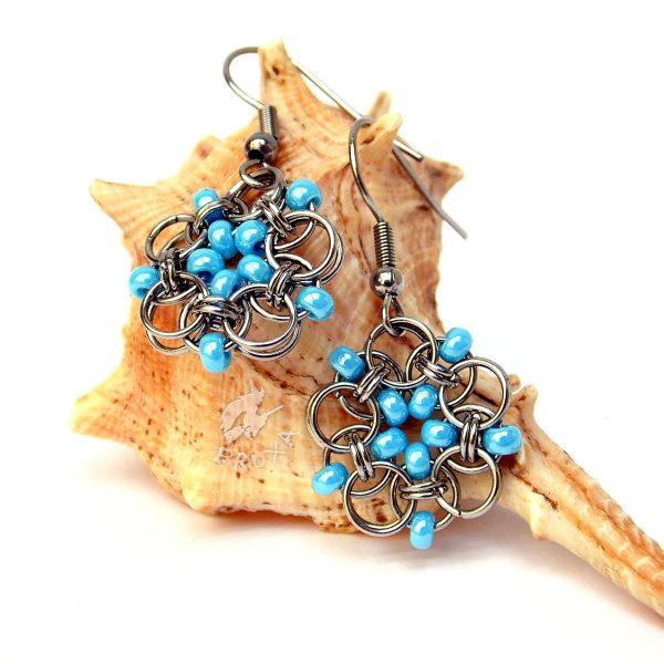Kolczyki chainmaille w formie kwiatków z drobnymi koralikami w kolorze niebieskim