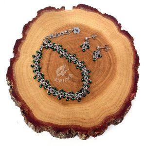 komplet biżuterii chainmaille z ciemno-zielonymi koralikami