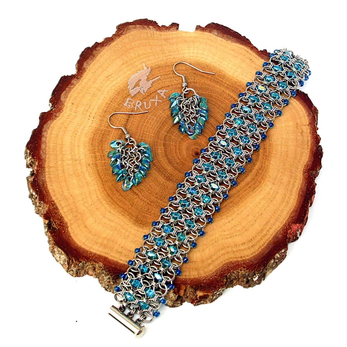 komplet biżuterii chainmaille z niebieskimi koralikami