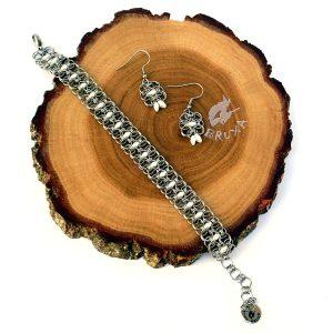 komplet biżuterii chainmaille z perłowo-białymi koralikami