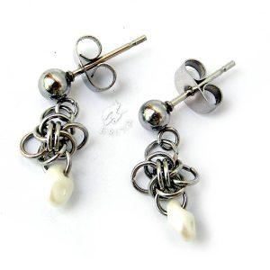Mini kolczyki chainmaille z drobnymi perłowymi koralikami w kolorze białym