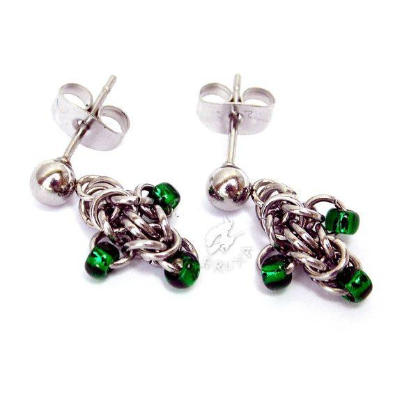 Mini kolczyki chainmaille z drobnymi koralikami w kolorze zielonym