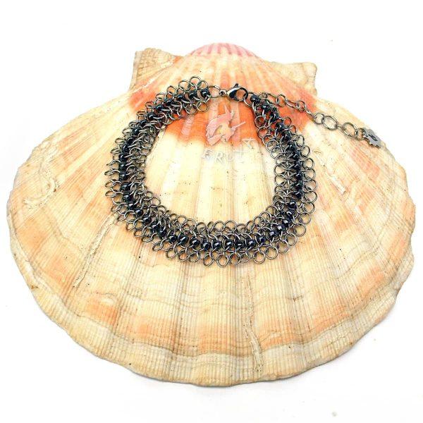 Bransoletka chainmaille z drobnymi koralikami w kolorze hematytowym