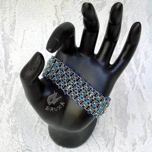 Szeroka bransoletka chainmaille z drobnymi koralikami w kolorze niebieskim