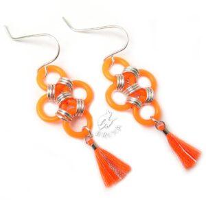 Pomarańczowe neonowe kolczyki chainmaille z chwościkiem
